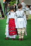 Kinder in den rumänischen traditionellen Kostümen Lizenzfreie Stockfotos