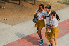 Kinder in den Schuluniformen lizenzfreies stockbild