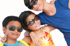 Kinder in den Sonnenbrillen lizenzfreies stockbild