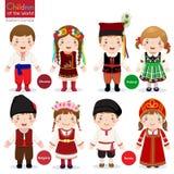 Kinder in den verschiedenen traditionellen Kostümen vektor abbildung
