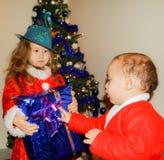 Kinder in den Weihnachtskostümen Stockfoto