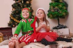 Kinder in den Weihnachtskostümen, die Spaß haben Stockbild