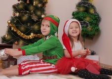 Kinder in den Weihnachtskostümen, die Spaß haben Lizenzfreie Stockbilder
