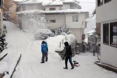 Kinder in der alten Stadt im Winter Lizenzfreie Stockfotos