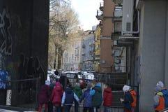 Kinder in der alten Stadt in Vilnius stockbild