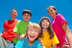 Kinder in der bunten Kleidung Lizenzfreie Stockfotos