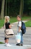 Kinder an der Bushaltestelle Stockfotografie