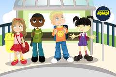 Kinder an der Bushaltestelle