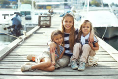 Kinder in der erwachsenen Kleidung Lizenzfreies Stockfoto