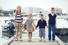 Kinder in der erwachsenen Kleidung Stockfotografie