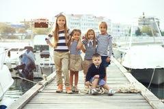 Kinder in der erwachsenen Kleidung Lizenzfreie Stockbilder