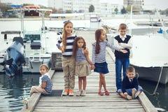 Kinder in der erwachsenen Kleidung Lizenzfreie Stockfotos