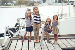 Kinder in der erwachsenen Kleidung Stockfotos