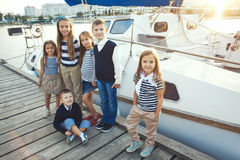 Kinder in der erwachsenen Kleidung Lizenzfreie Stockfotografie