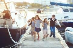 Kinder in der erwachsenen Kleidung Lizenzfreies Stockbild