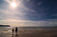 Kinder an der Küste stockbilder