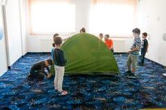 Kinder an der kampierenden Werkstatt Stockfoto