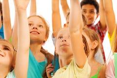 Kinder in der Menge lächeln und steigen Hände Lizenzfreie Stockbilder