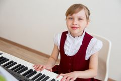 Kinder in der Musikschule Lizenzfreie Stockbilder