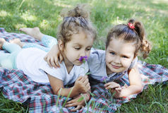 Kinder in der Natur Stockfoto