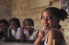 Kinder in der Schule im brasilianischen favela Stockfotos