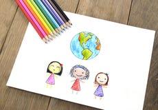 Kinder der verschiedenen Nationalitäten und der Erde Lizenzfreie Stockfotos