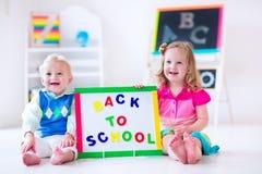 Kinder an der Vorschulmalerei Stockfotografie