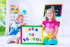 Kinder an der Vorschulmalerei Lizenzfreies Stockbild