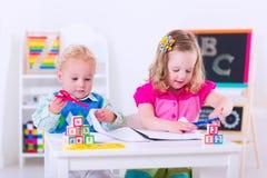 Kinder an der Vorschulmalerei Stockfoto
