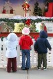 Kinder an der Weihnachtsbildschirmanzeige stockfotografie