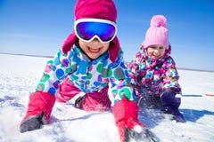 Kinder in der Winterzeit lizenzfreie stockfotos