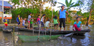 Kinder des Amazonas Stockfotos