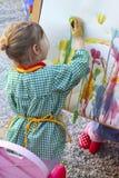 Kinder des kleinen Mädchens des Künstlers, die eine Abbildung malen stockbilder