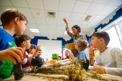 Kinder, die über Anlagen an einer Werkstatt lernen Stockbilder