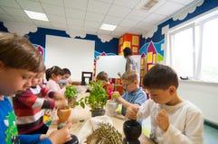 Kinder, die über Anlagen an einer Werkstatt lernen Stockbild
