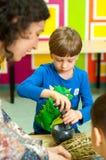 Kinder, die über Anlagen an einer Werkstatt lernen Stockfoto