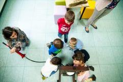 Kinder, die über Anlagen und Öle an einer Werkstatt lernen Lizenzfreie Stockfotos