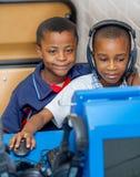 Kinder, die über Internet im Klassenzimmer in Afrika lernen lizenzfreies stockfoto