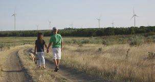 Kinder, die über die Kamera auf dem Gebiet laufen