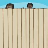 Kinder, die über Zaun schauen Lizenzfreie Stockfotos