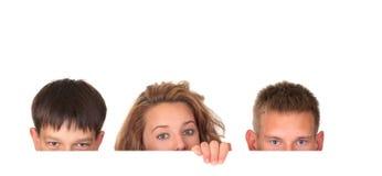 Kinder, die über Zeichen schauen Stockbilder