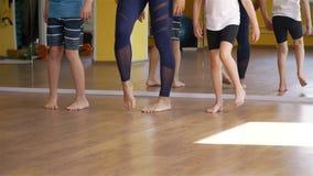 Kinder, die Übungen während der Rehabilitation tun stock video footage