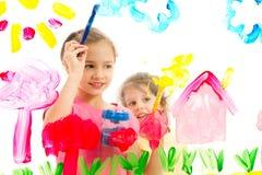 Kinder, die Abbildung auf Glas malen Stockbilder