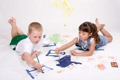 Kinder, die Abbildungen malen. Stockbild