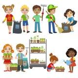 Kinder, die Abfall-Satz im Garten arbeiten und aufheben stock abbildung