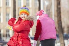 Kinder, die abwärts sledding sind Stockfotos