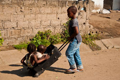 Kinder, die in Afrika spielen Stockfotos