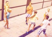 Kinder, die aktiv auf Straße auf Sommer d spielen und zusammen laufen lizenzfreie stockfotografie