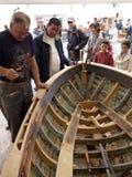 Kinder, die alte hölzerne Bootswiederherstellung betrachten Lizenzfreie Stockfotos