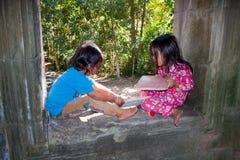 Kinder, die in Angor-wat Tempel spielen Stockfotos